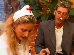 l infirmiere se prend une sodo et une ejac