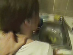 Amateur girlfriend gets fucked in the kitchen